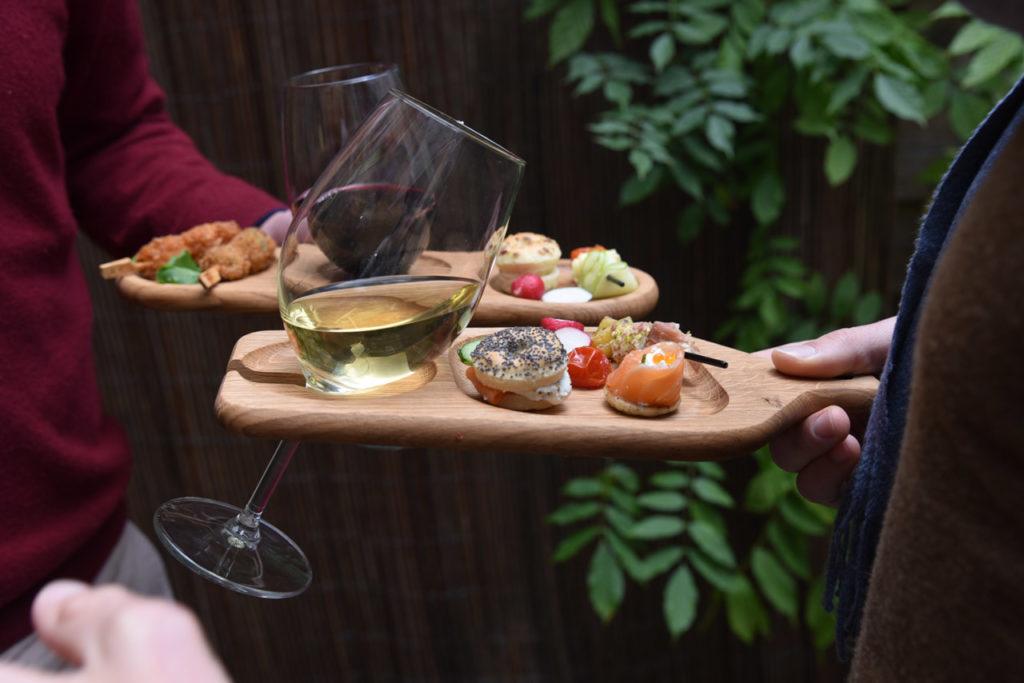 Planche en bois pour petits fours apéritifs avec encoche pour verre