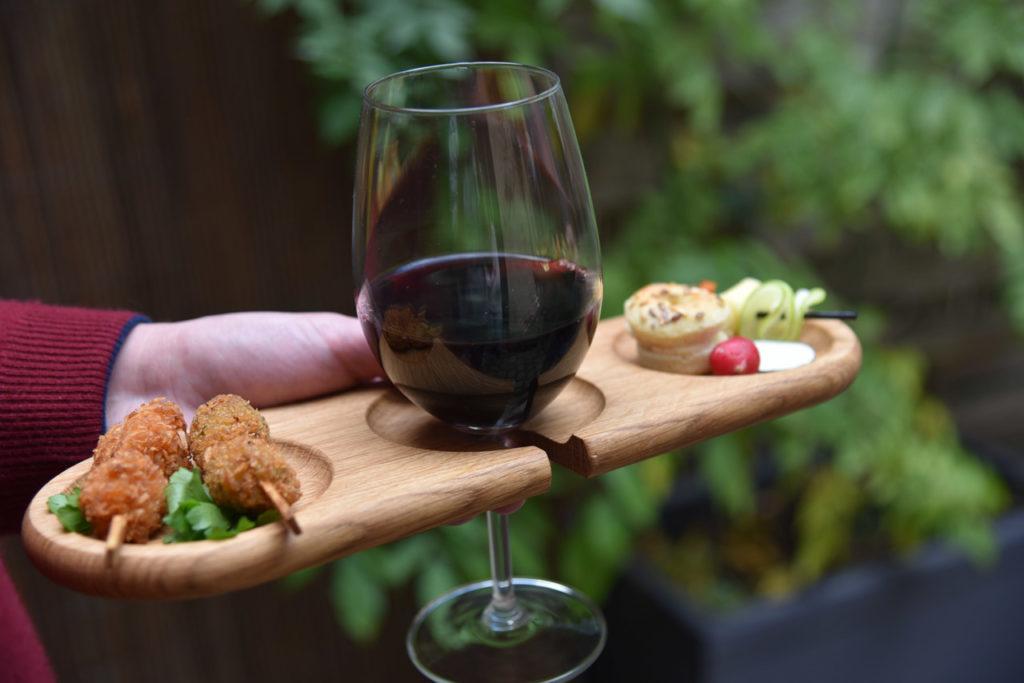 Assiettes pour cocktails dînatoires, pratiques et design