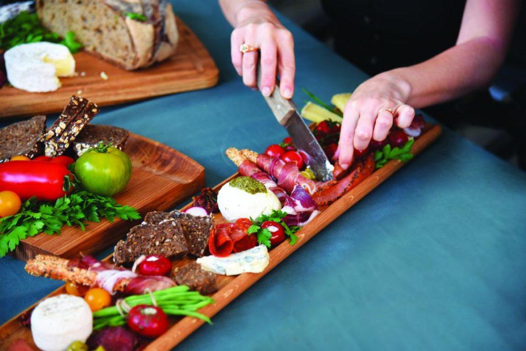 planches à partager en bois ou assiettes cocktail pour un service de qualité