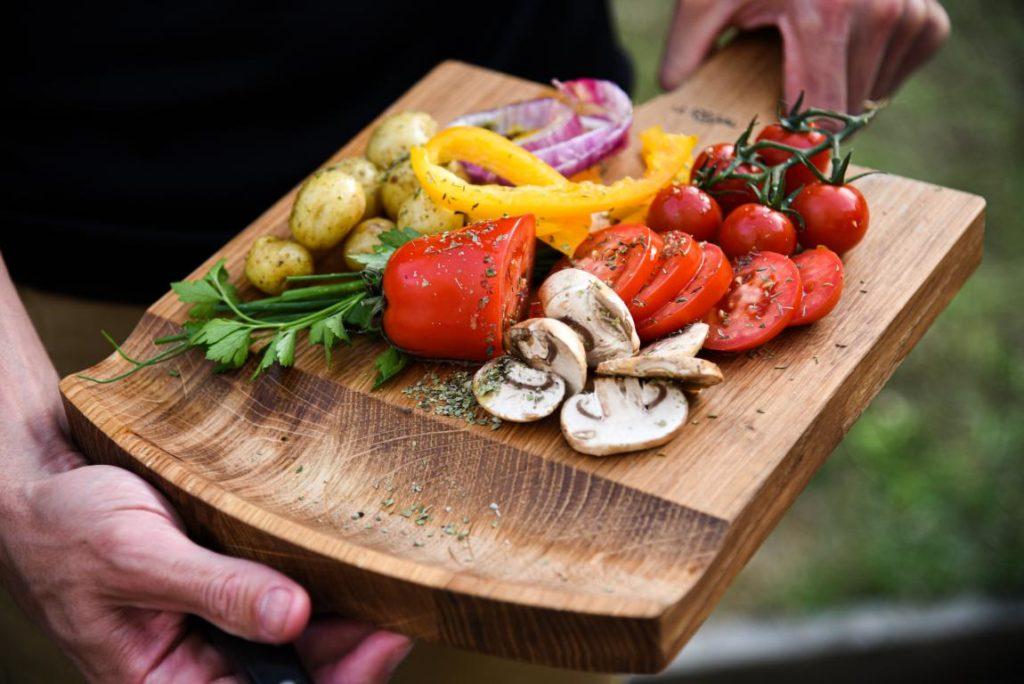 plateau design en bois pour une planche de légume